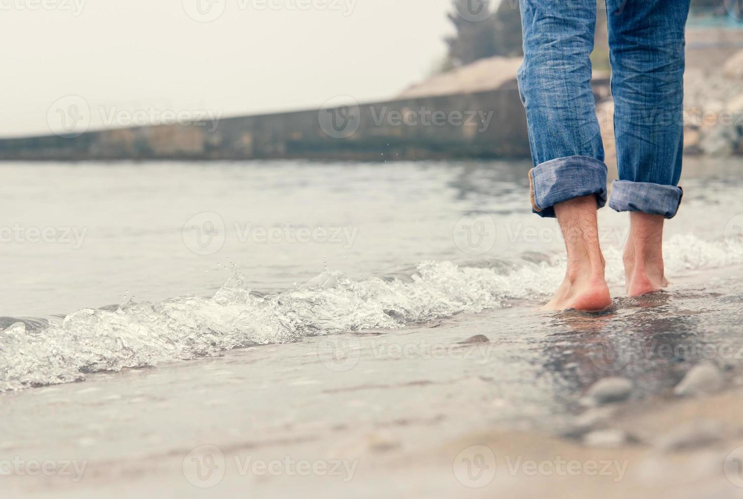 närbild bild barfota man ben i havet surfa foto