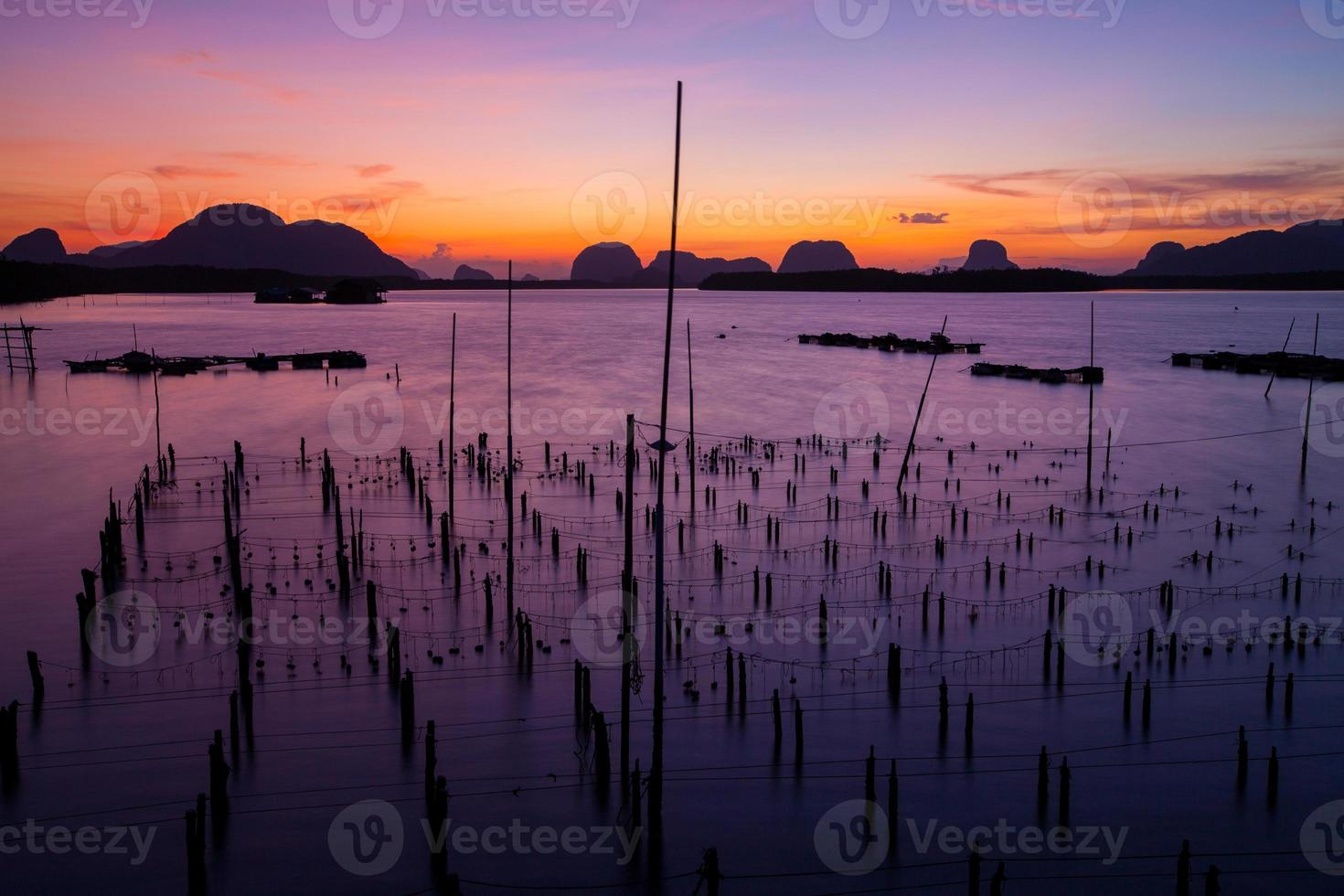 fiskeby och soluppgång vid samchong-tai, phangnga, thailand foto