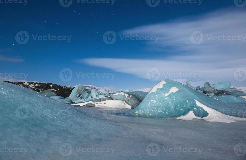 blå frusen lagun på natten, isberg och is, island foto