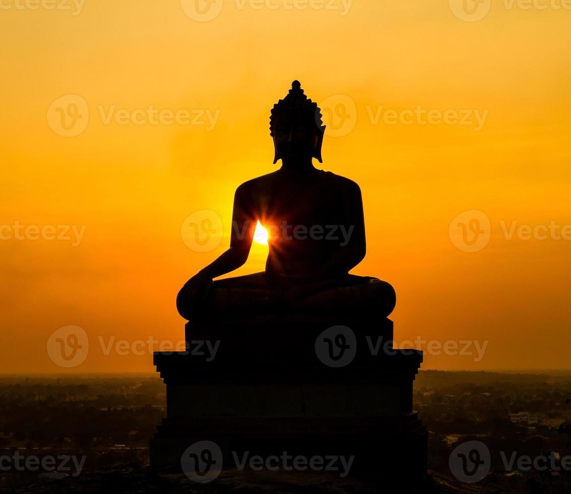 Buddha staty på solnedgången vid Saraburi, Thailand foto