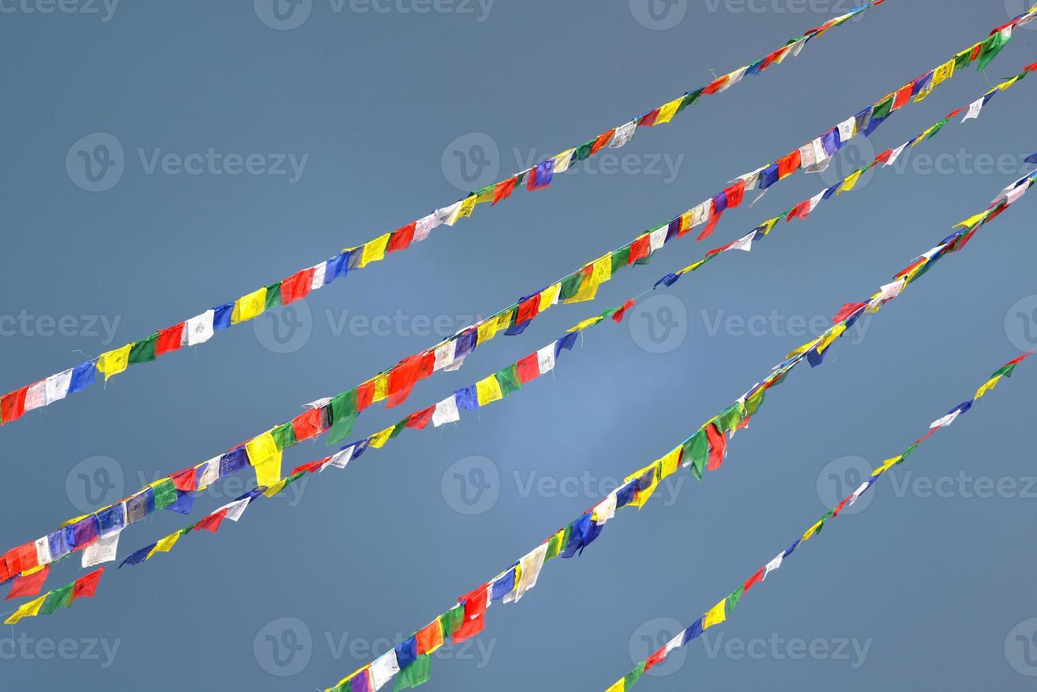 buddhistiska tibetanska bönflaggor som blåser i vinden foto