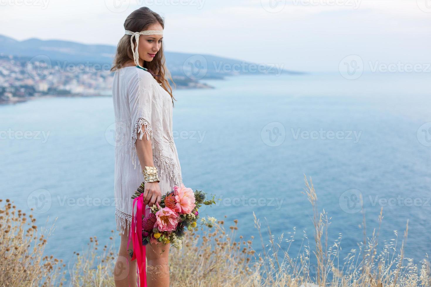 flicka med en bröllop bukett boho stil foto
