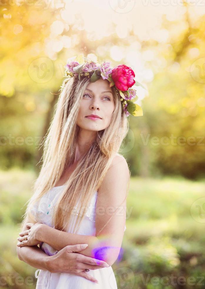 vacker kvinna med blommakrans. foto
