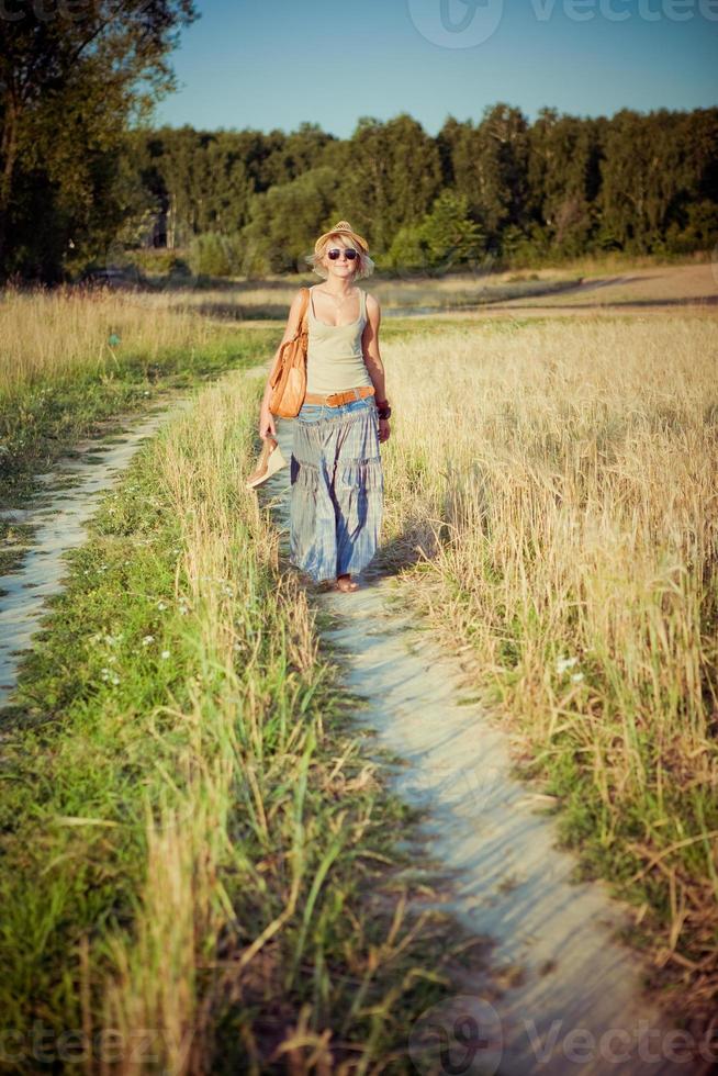 ung kvinna på vetefält foto