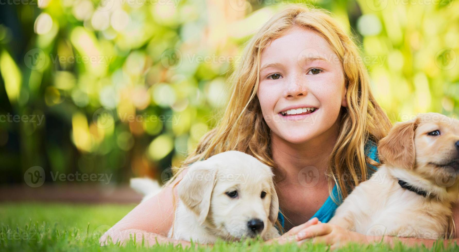 söt ung flicka med valpar foto