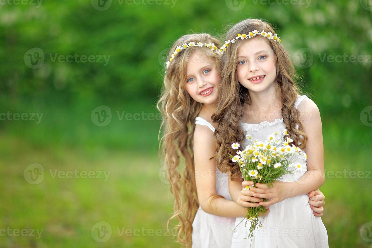 porträtt av två flickor i skogen flickvänner foto