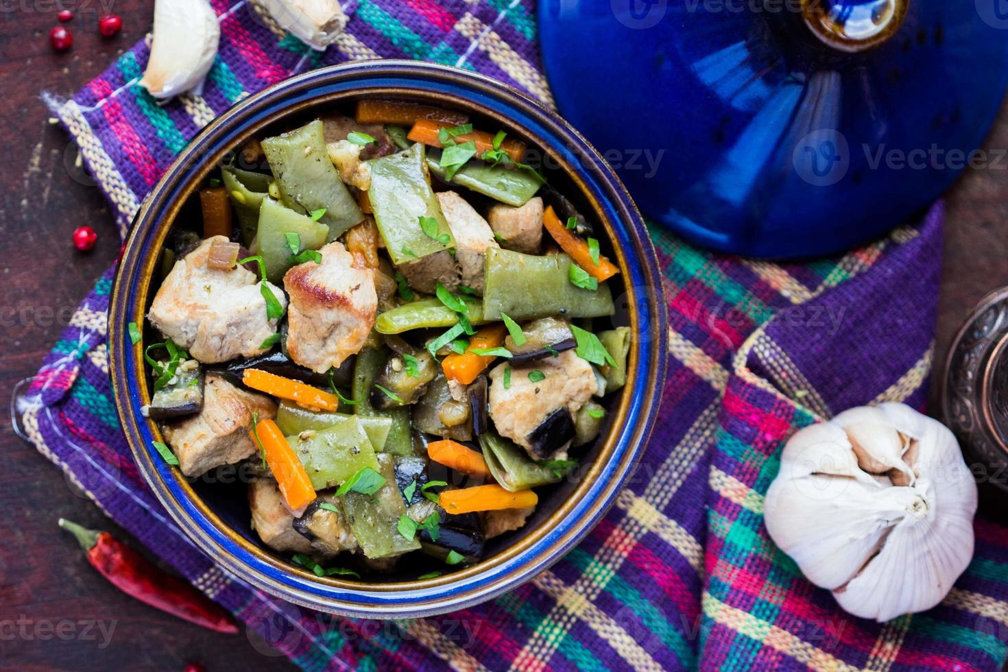 orientalisk gryta med kött, grönsaker, gröna bönor, morot foto