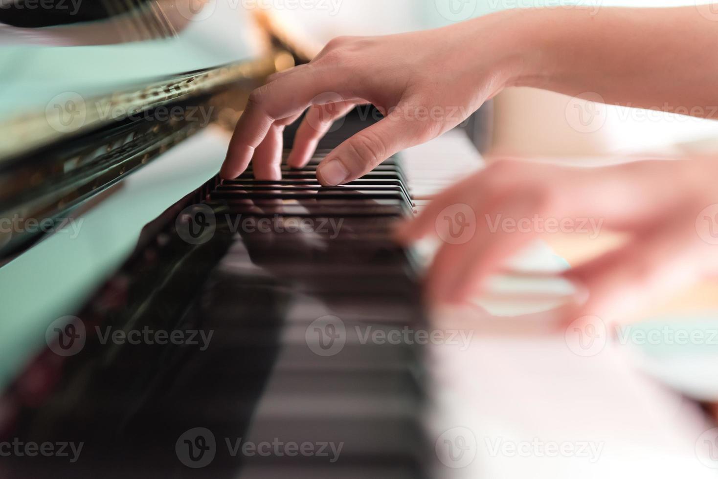 spela piano (mjukt fokus) foto