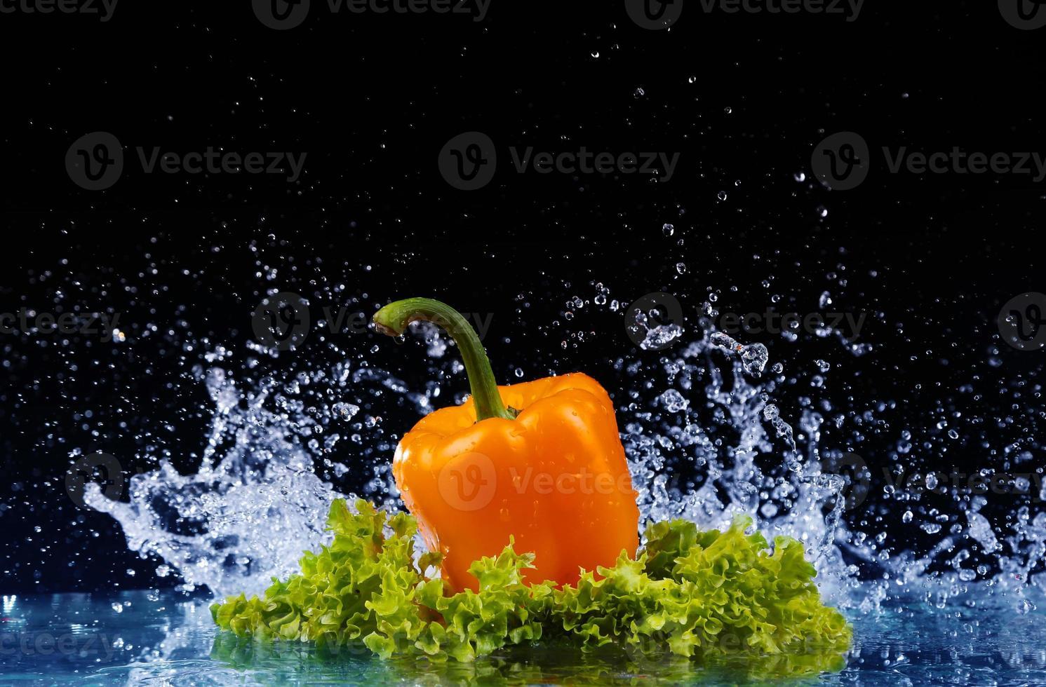 peppar i spray med vatten. saftig peppar med stänk foto