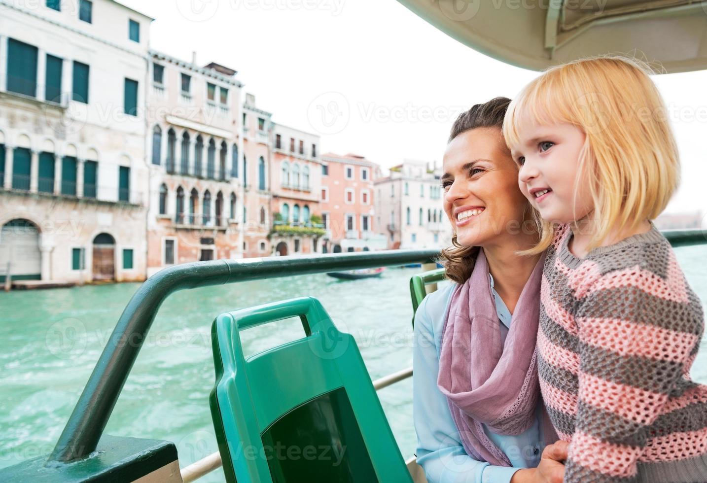 mamma och baby flicka reser med Venedig vattenbuss foto