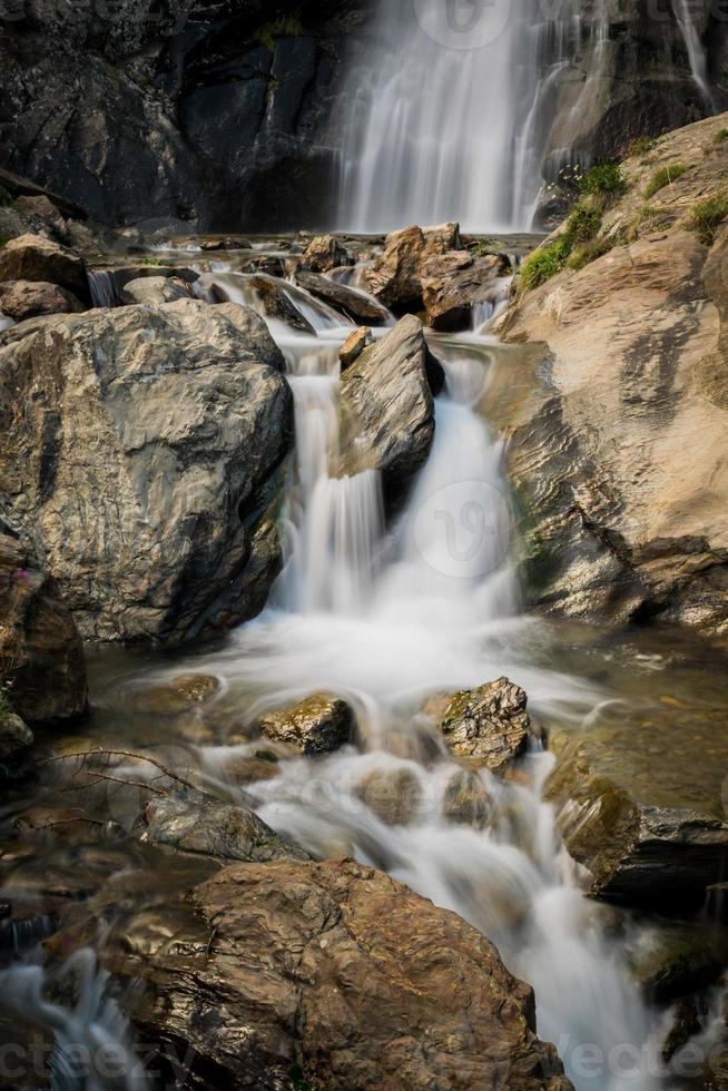 litet vattenfall mitt i naturen foto