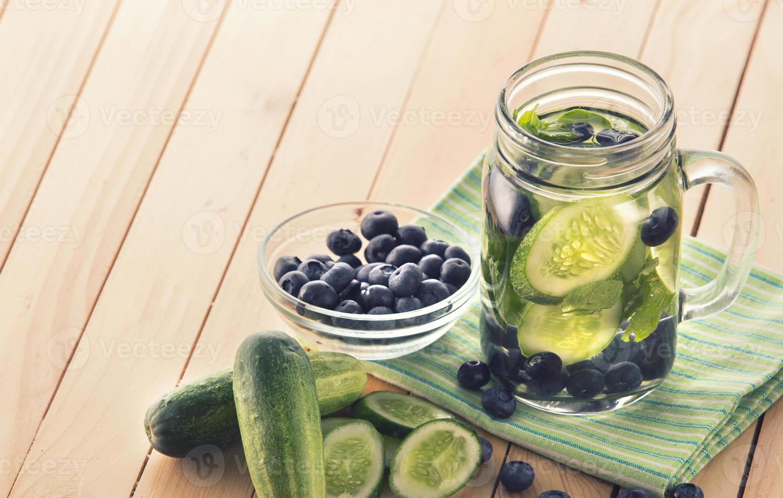 färsk frukt smaksatt infunderat vattenblandning av gurka och blåbär foto