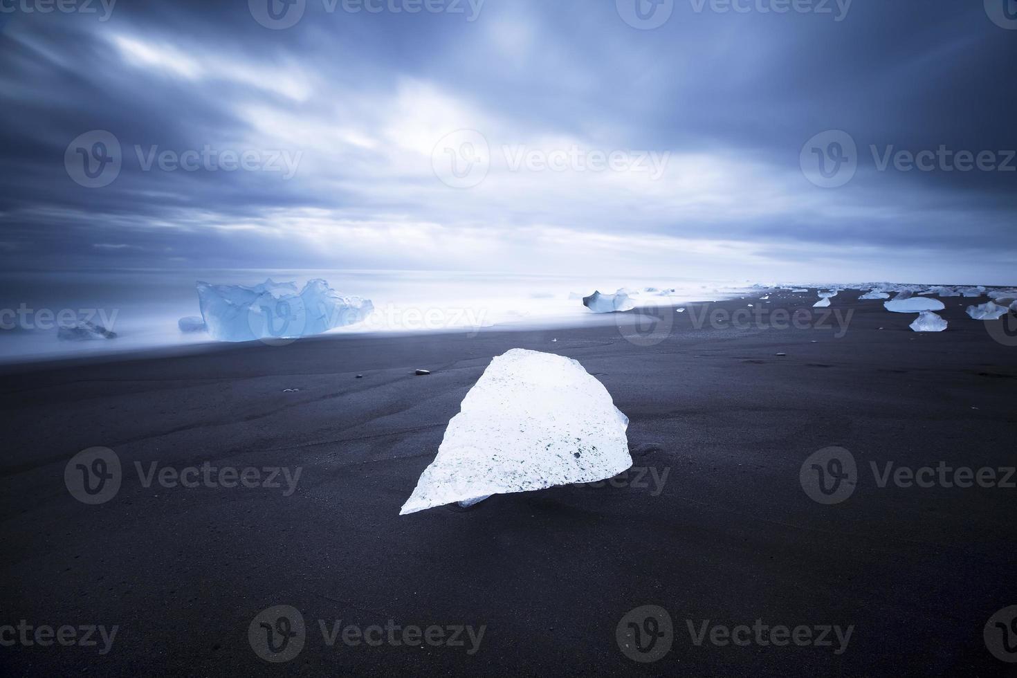 isberg på stranden, island foto