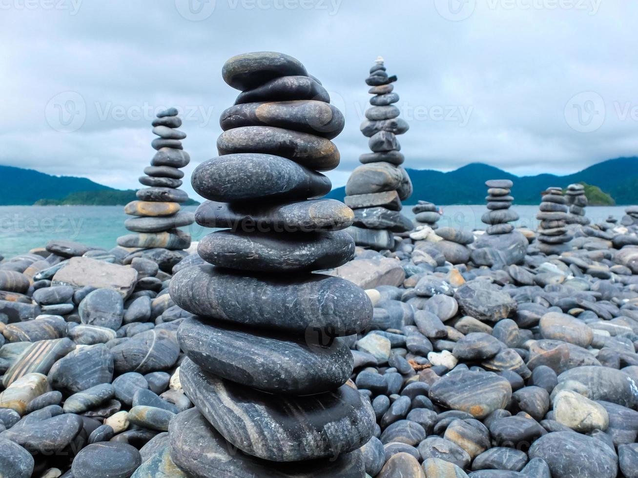 stenar på stranden foto
