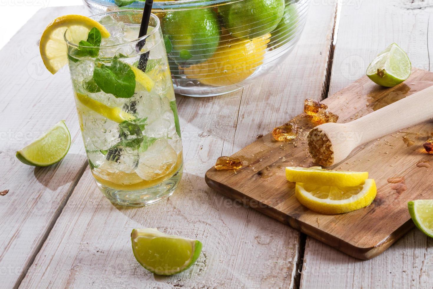 närbild av dryck med citrusfrukter och is foto