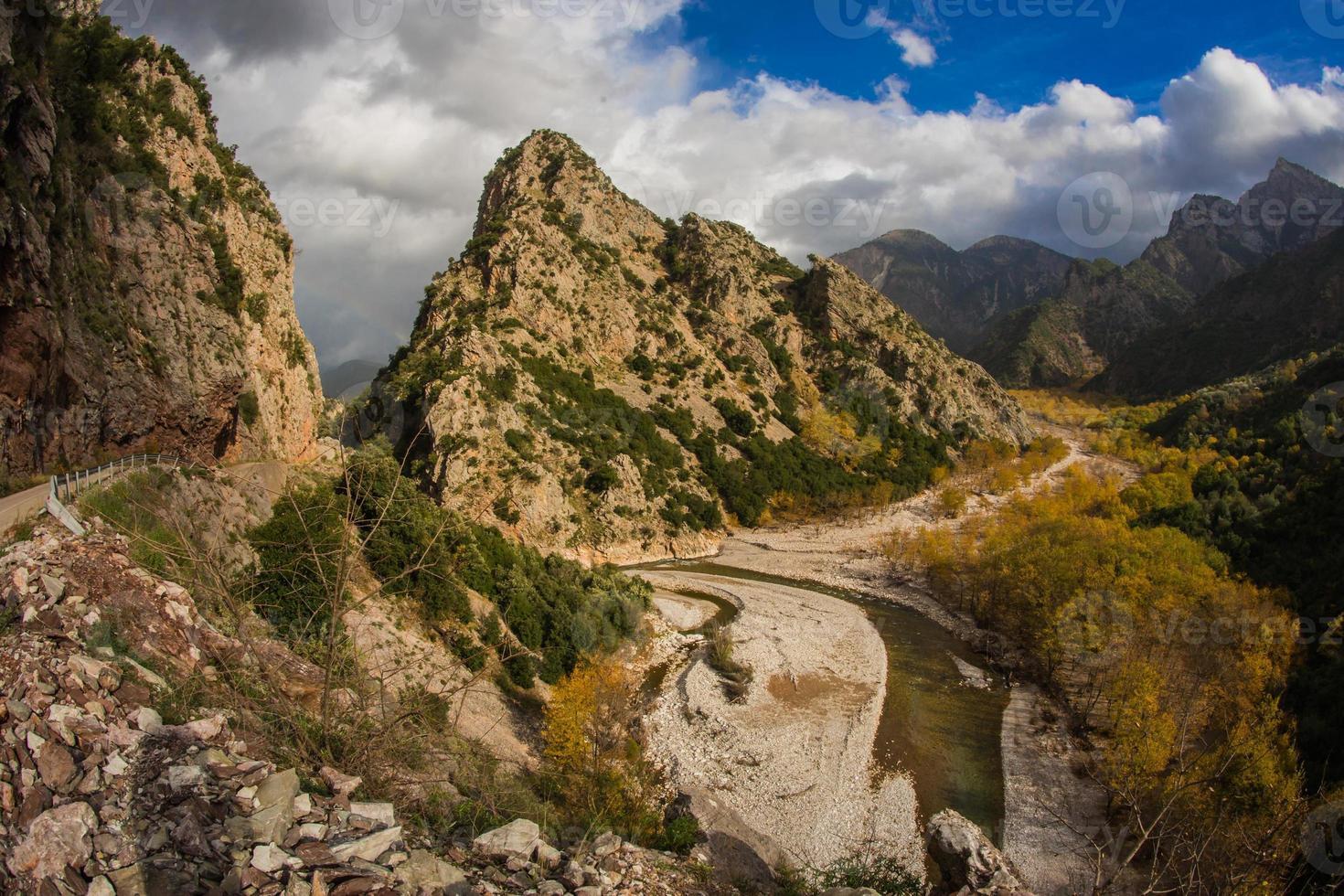 natursköna berg höstlandskap med en flod foto
