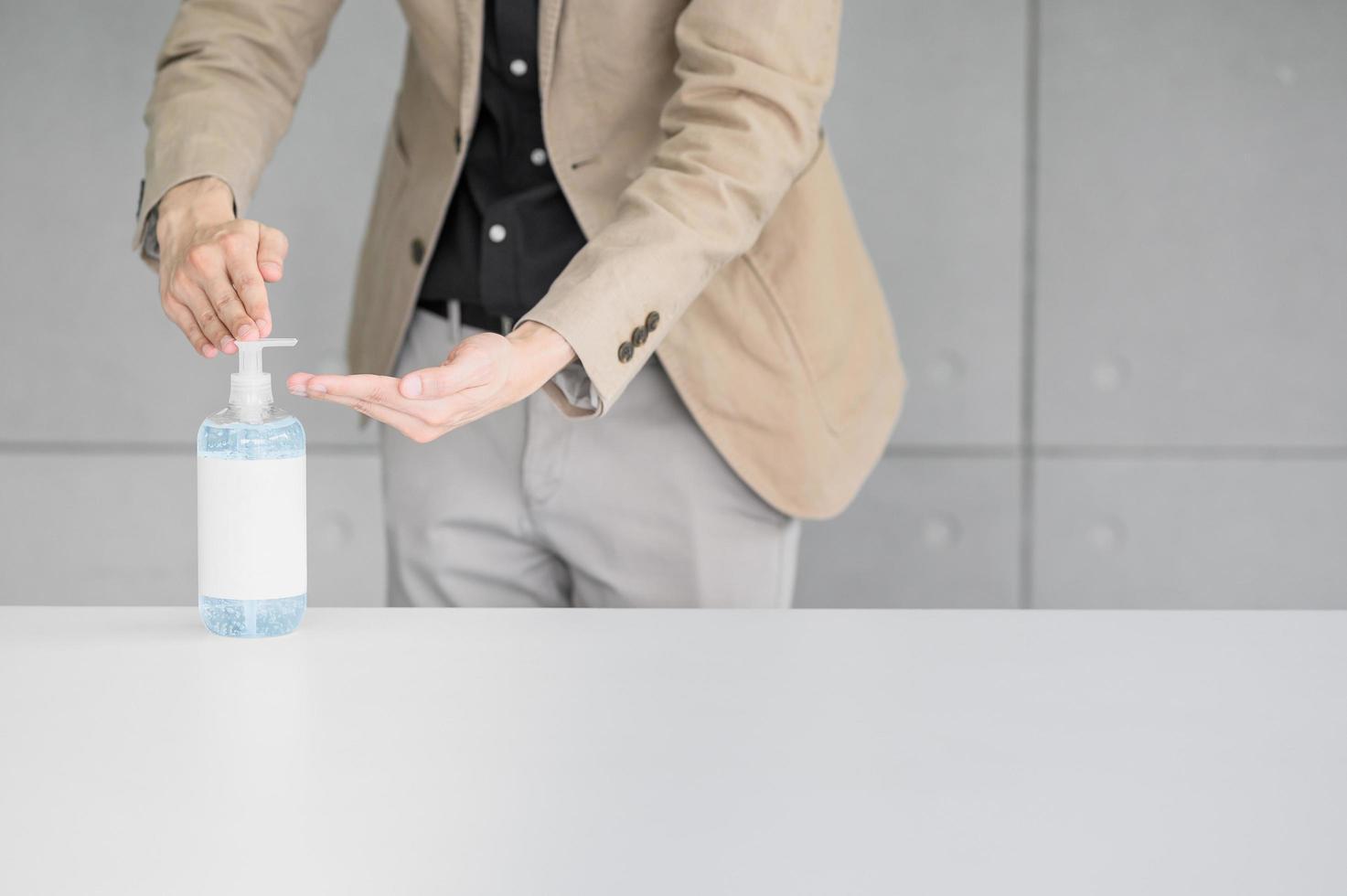affärsman som använder handdesinfektionsmedel foto