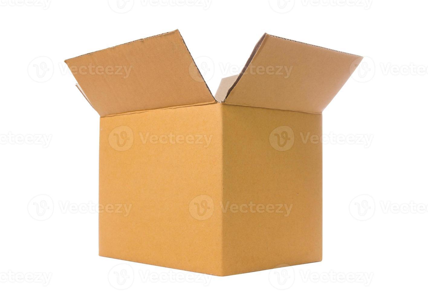 brun öppnade olika kartonger isolerad på vitt. foto