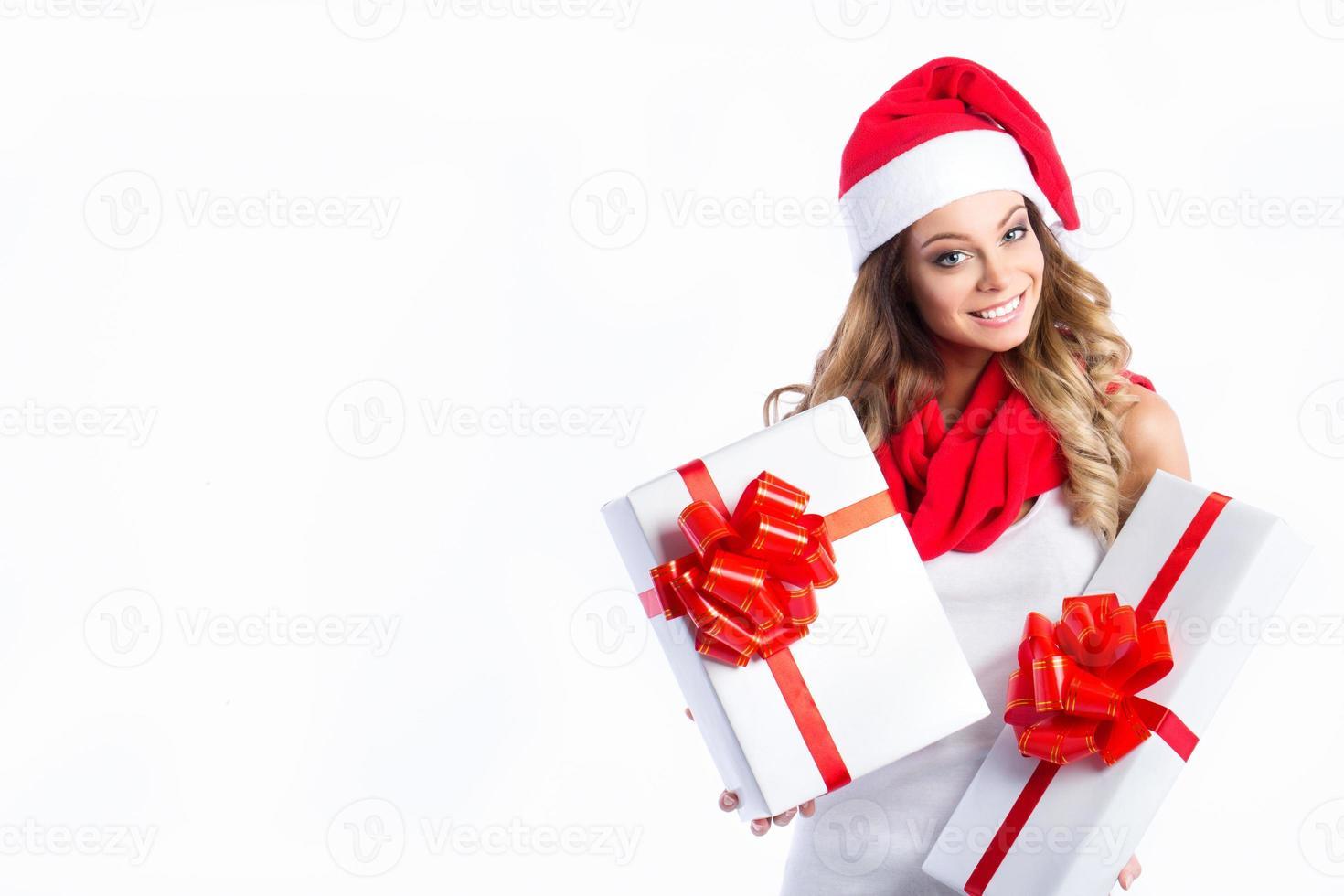 porträtt av en ung glad tjej med presentaskar. foto