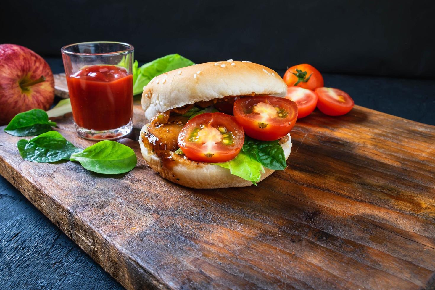 hamburgare med tomater och sallad foto