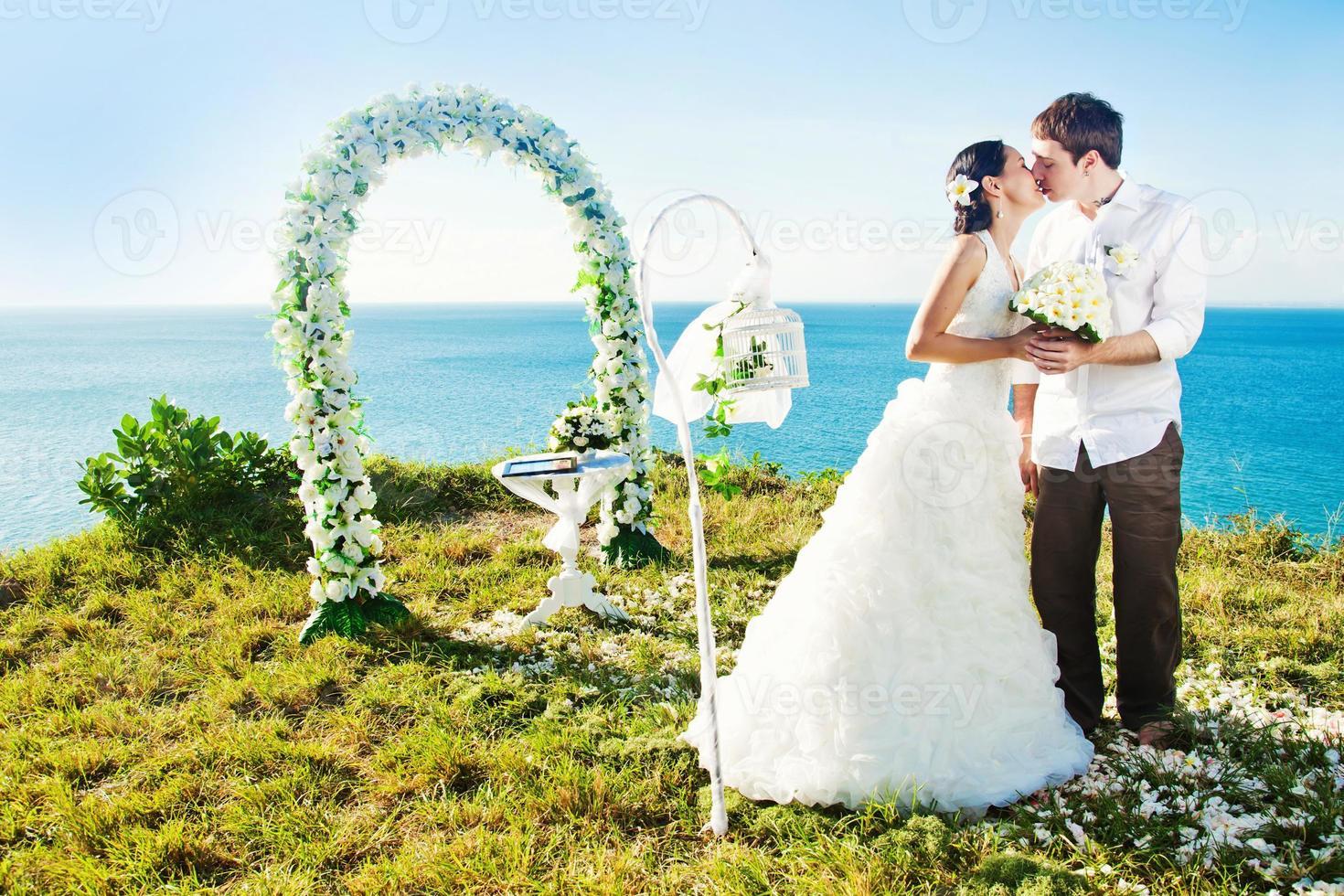 bröllopsceremoni på stranden foto