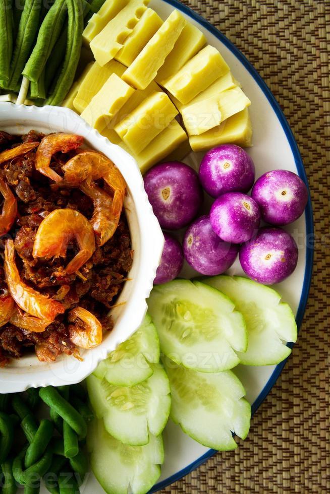 sås av räkorpasta och chili med färska grönsaker foto