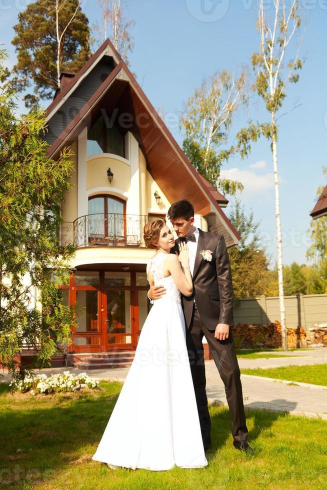 brud och brudgum på bakgrunden av vackra hus foto