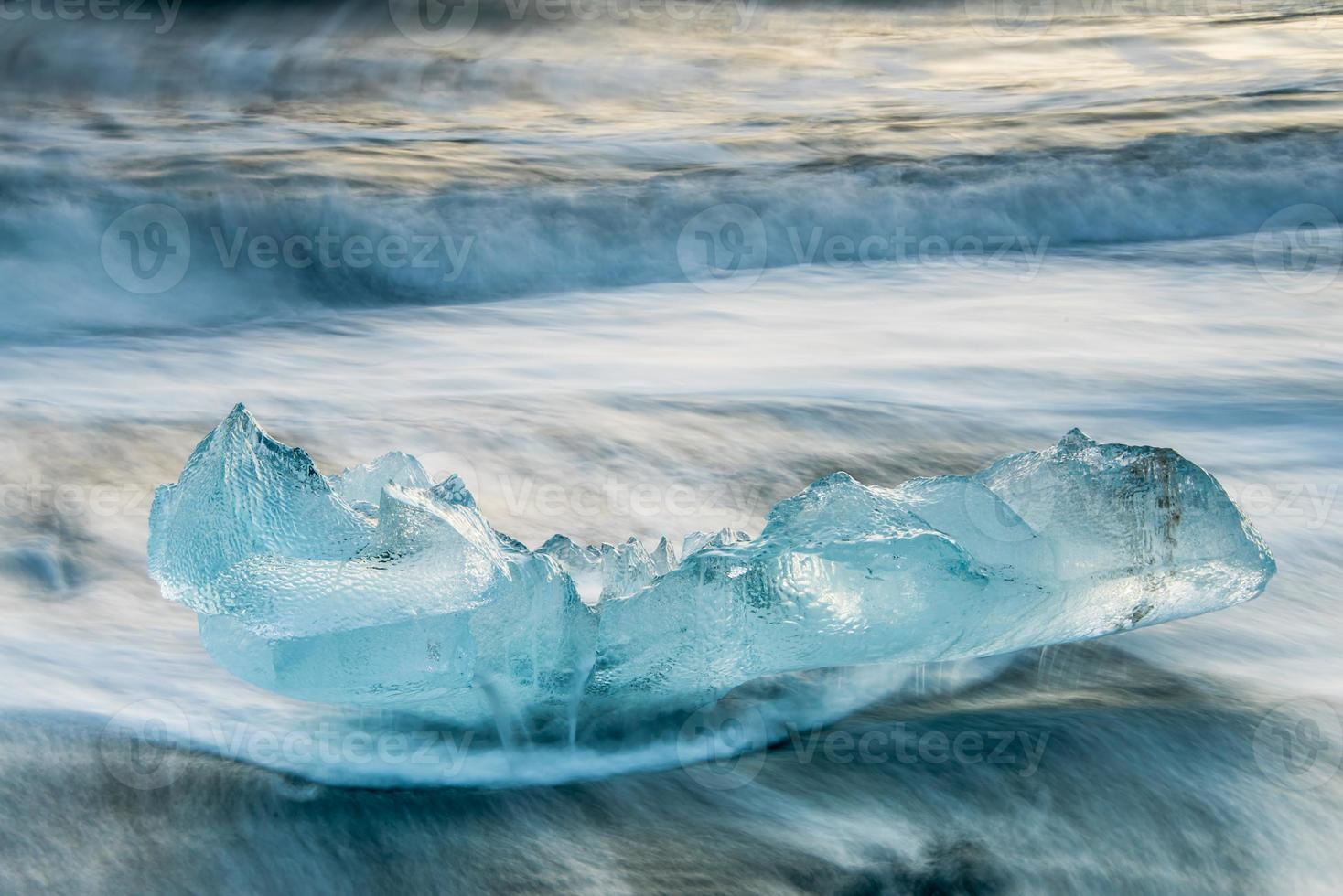vacker blå is på den svarta sandstranden, jokulsarlon, island foto