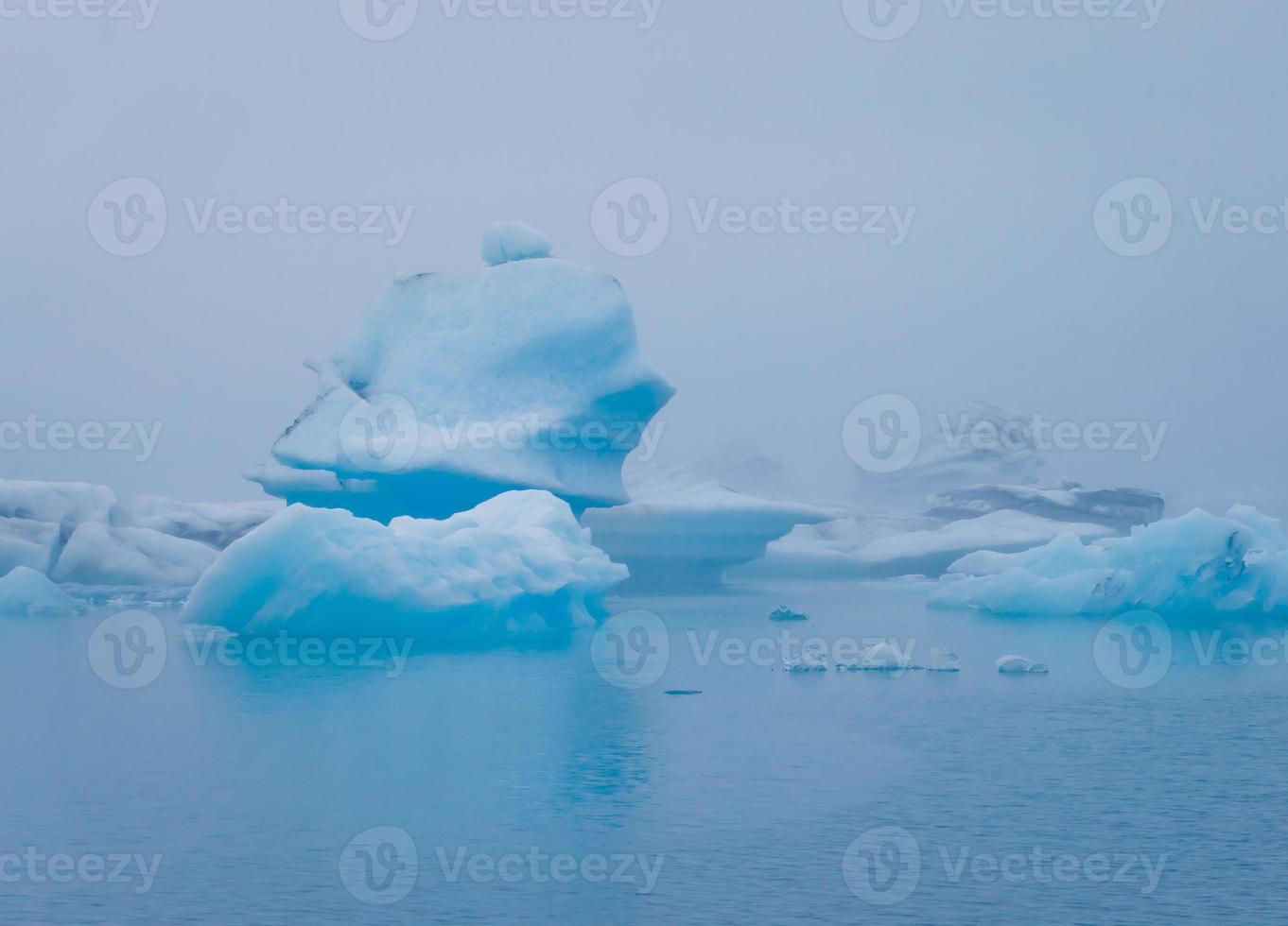 vacker livlig bild av isländska glaciären och glaciärlagunen med foto