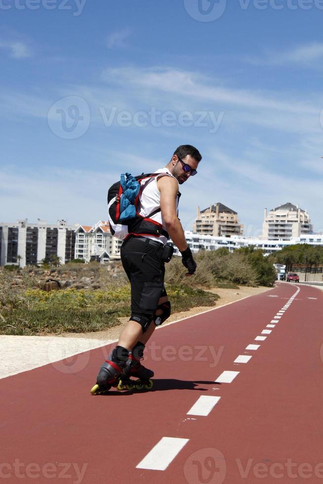 kille skridskoåkning i raden bakåt i Portugal foto