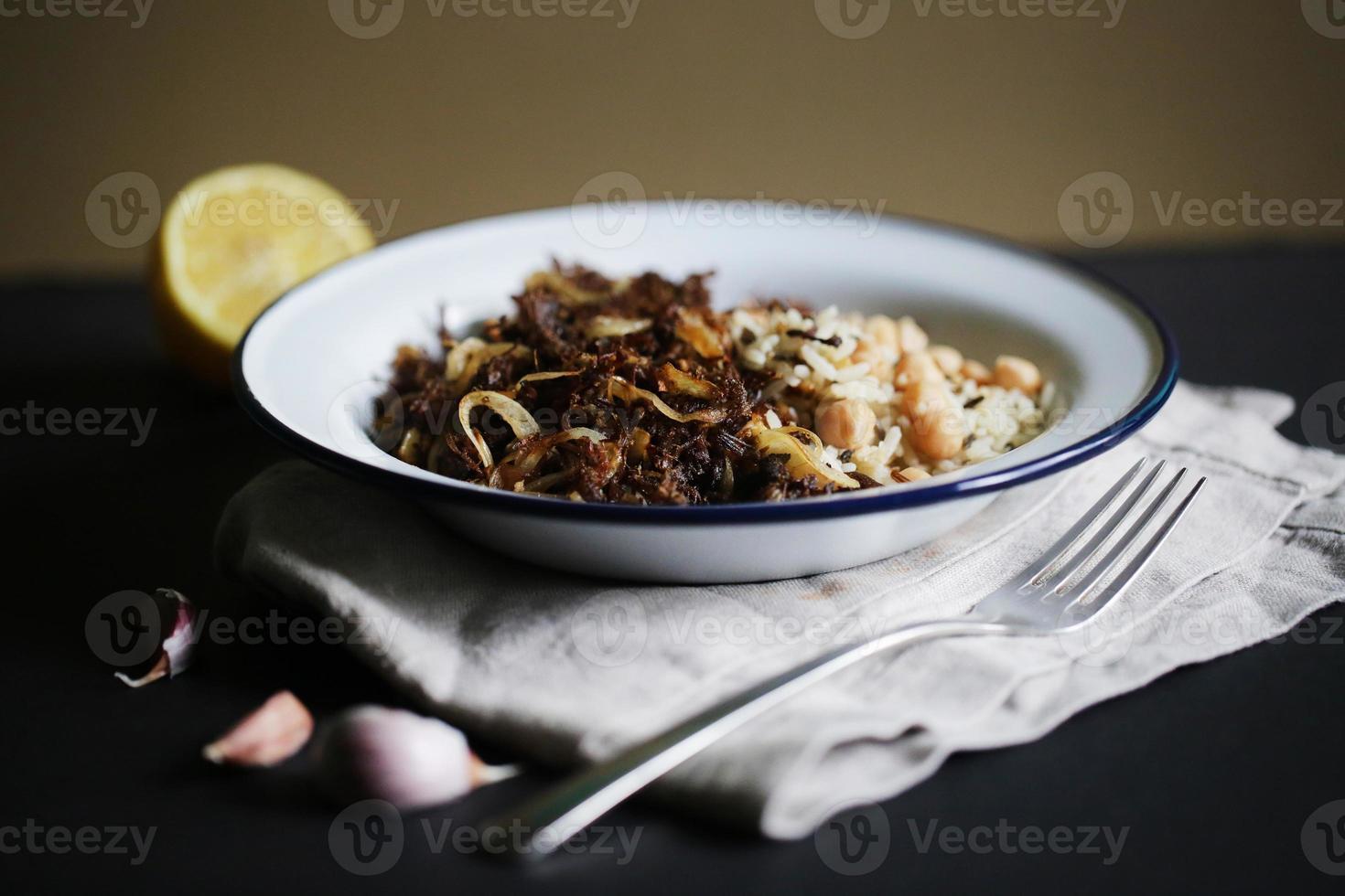 drog nötkött med vilt ris och kikärter, ropa vieja foto