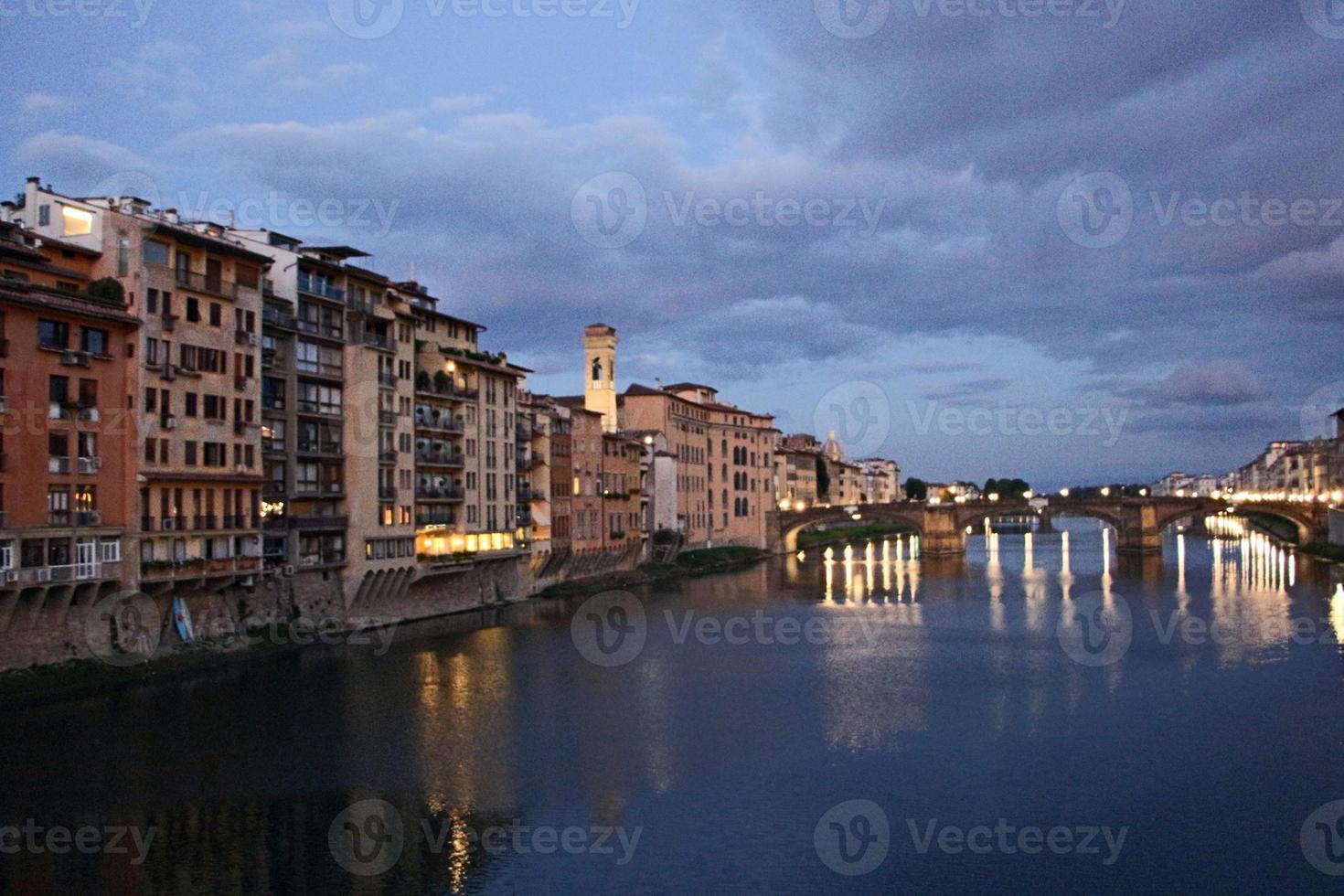 firenze - gammal stad, utsikt från ponte vecchio foto
