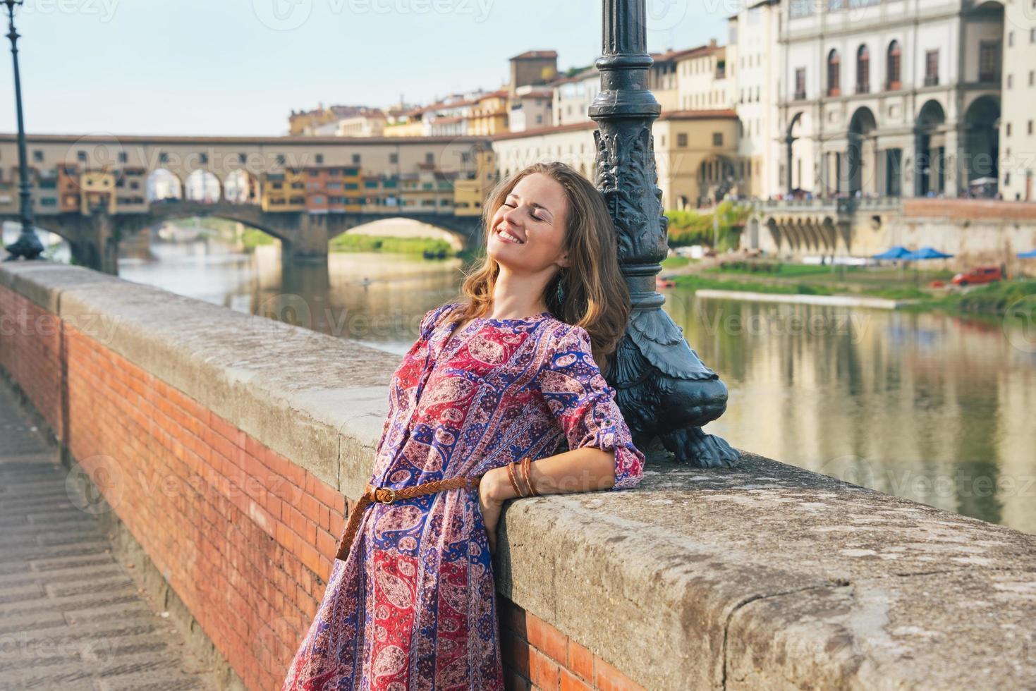 ung kvinna på vallen nära Ponte Vecchio i Florens, Italien foto