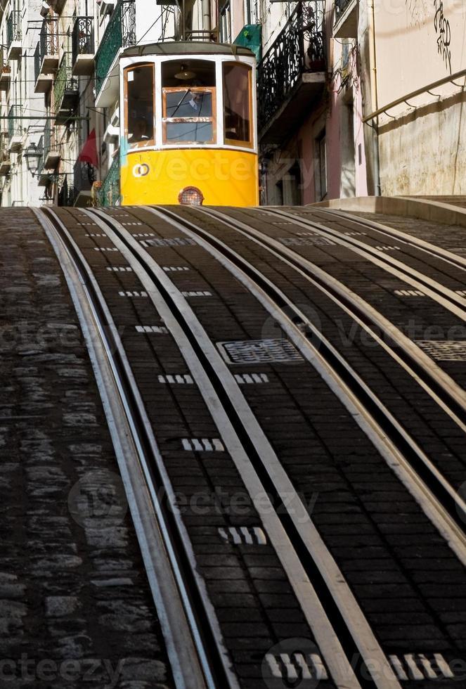 lissabon spårvagn i bairro alto district, lissabon. foto