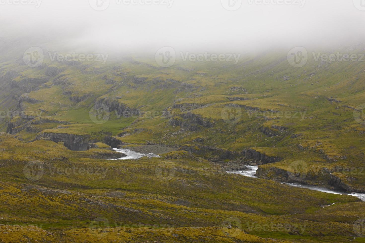Island. östra fjordarna. flod och berg med dimma. foto