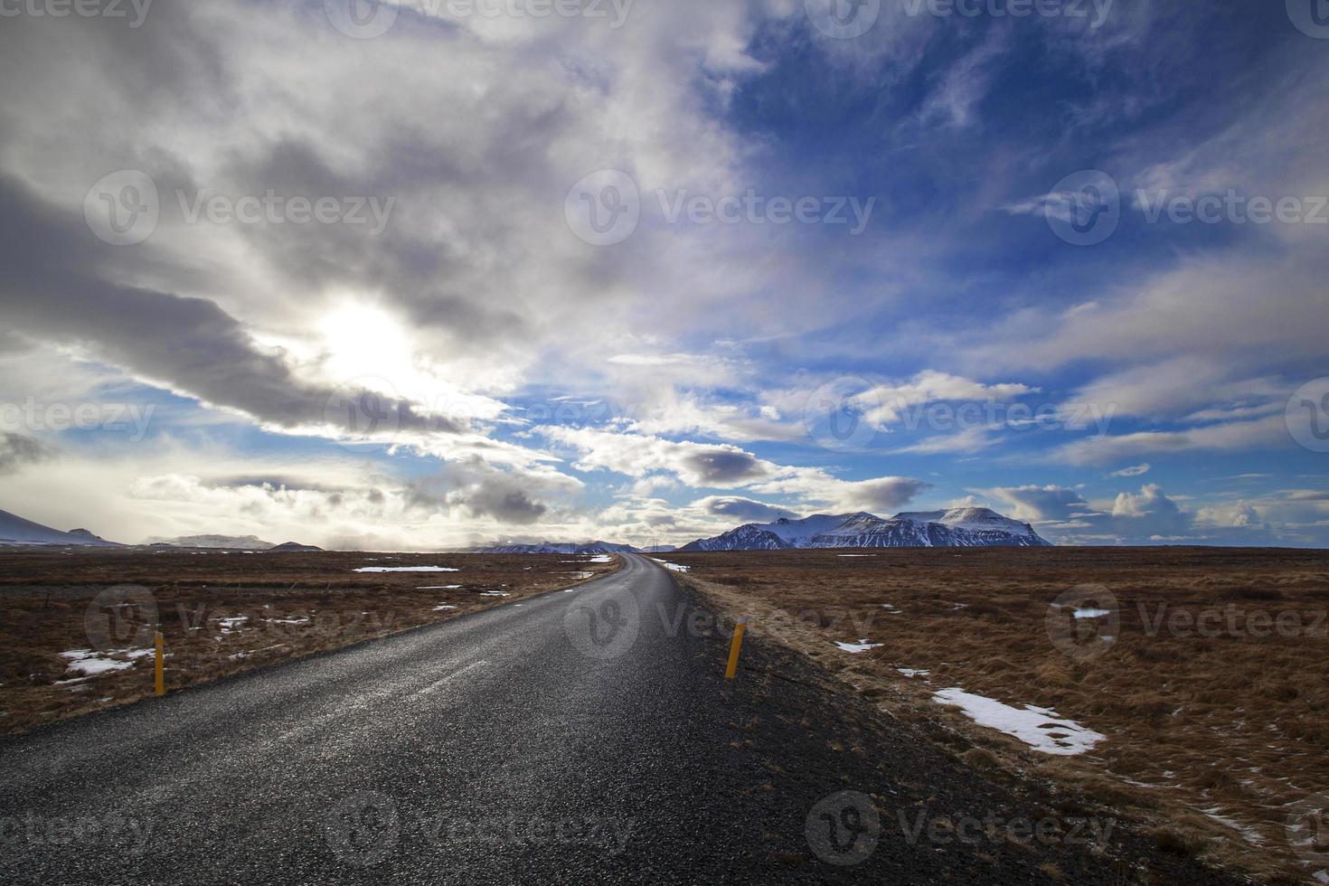 snöig vulkanlandskap med dramatiska moln på Island foto