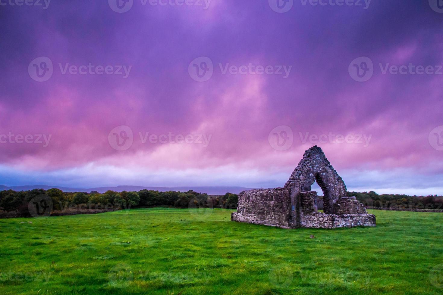 storm över irländska ruiner foto