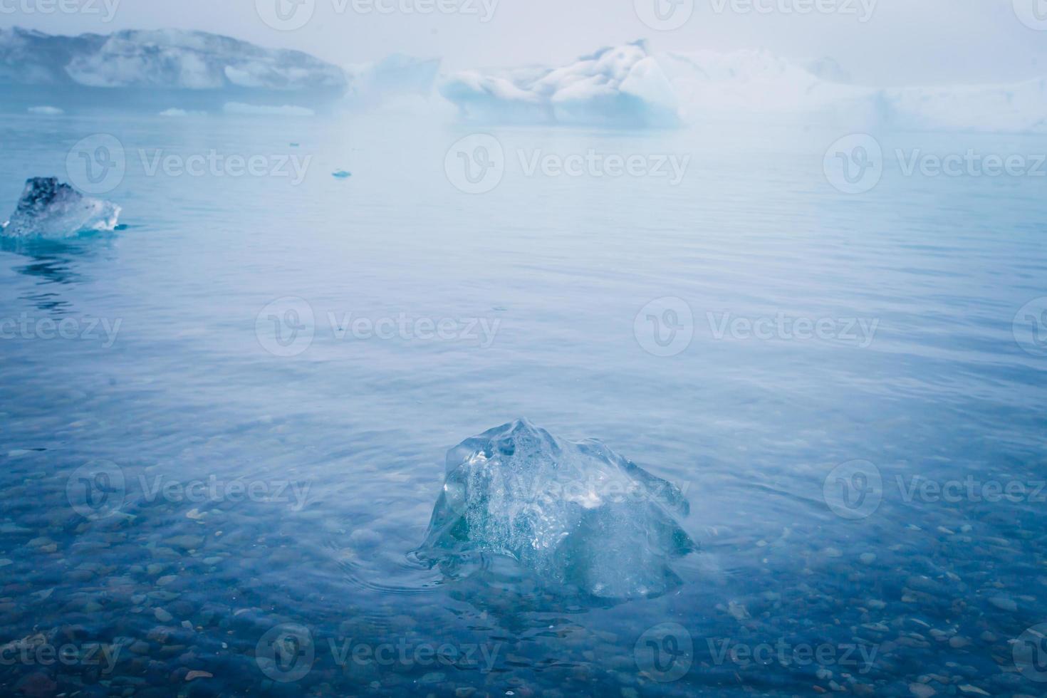 vacker livlig bild av isländska glaciären och glaciärlagunen foto