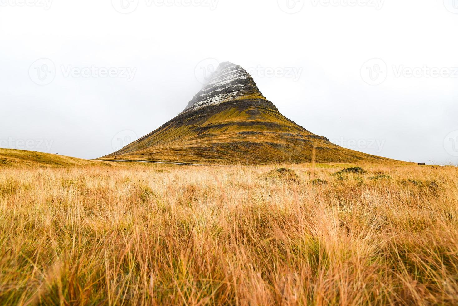 Kirkjufell Mountain, naturligt landmärke på Island foto