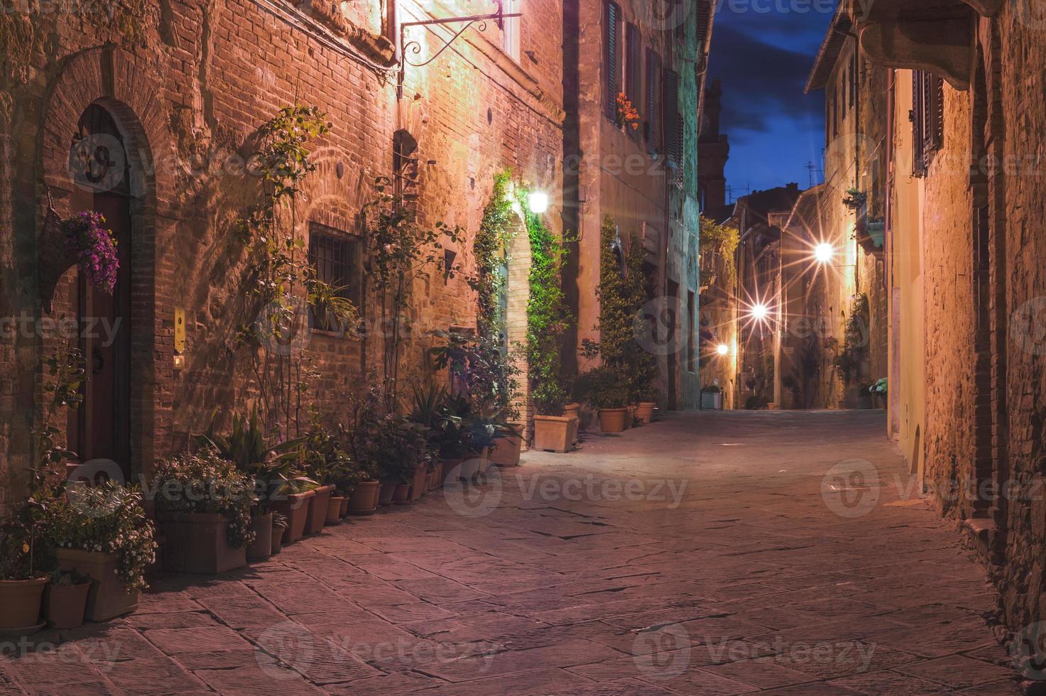 den lilla medeltida byn på natten, Pienza, Italien foto