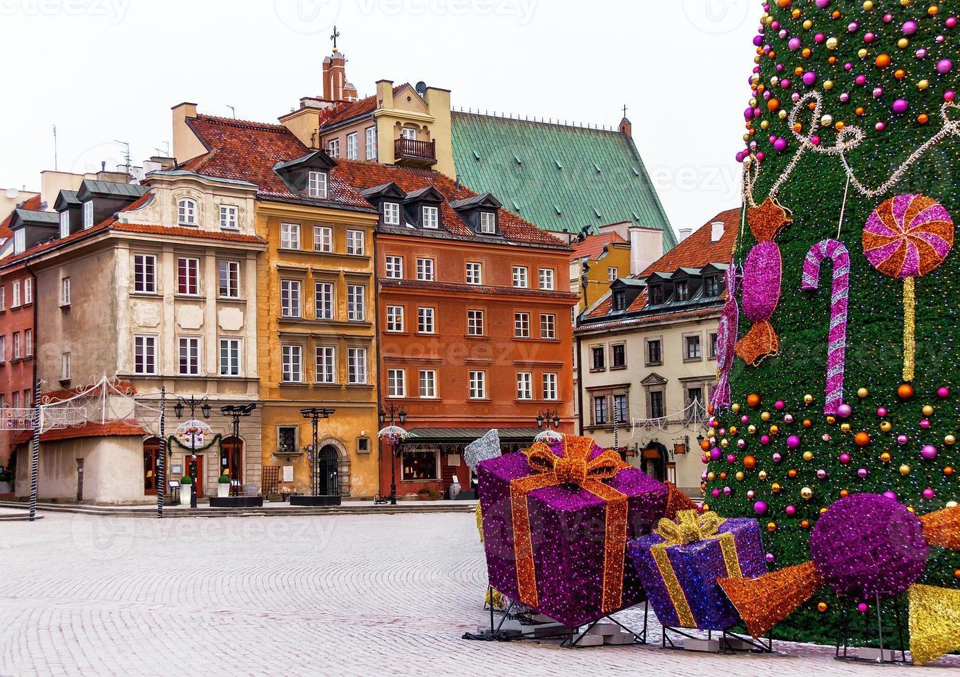 slottstorget i Warszawa med medeltida hus, julgran. foto