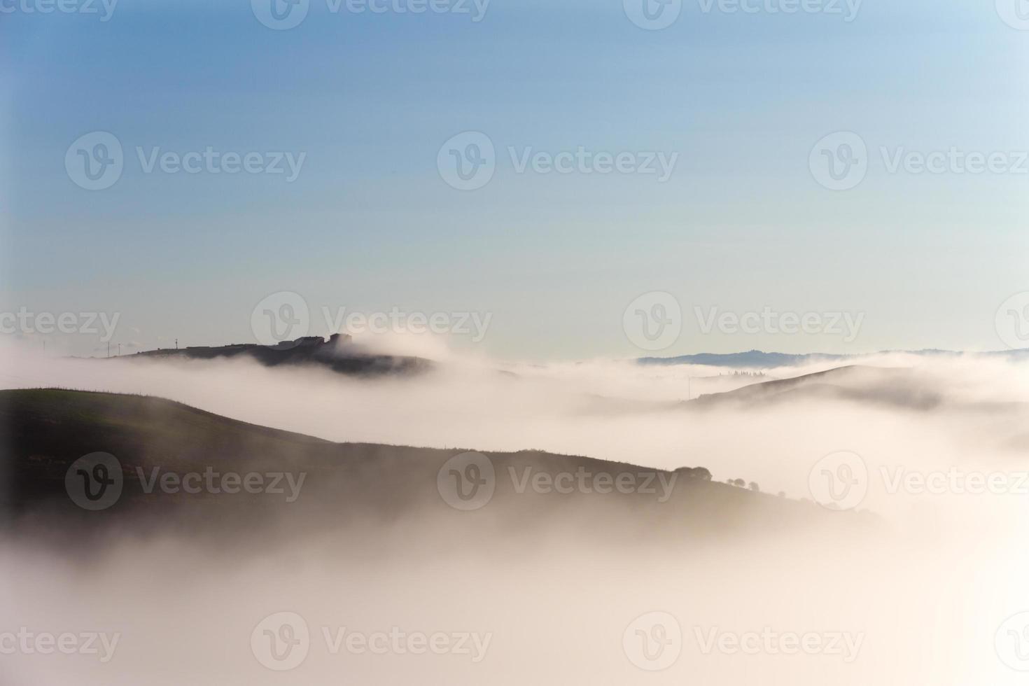 Kreta senesi landskap i Toscana, Italien på en dimmig gryning foto