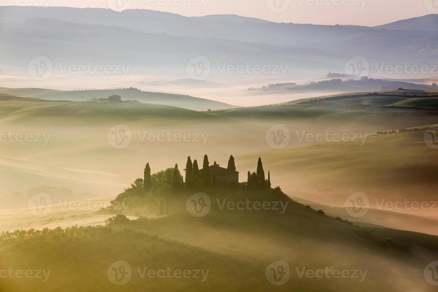 vacker soluppgång i San Quirico d'Orcia, Toscana, Italien foto