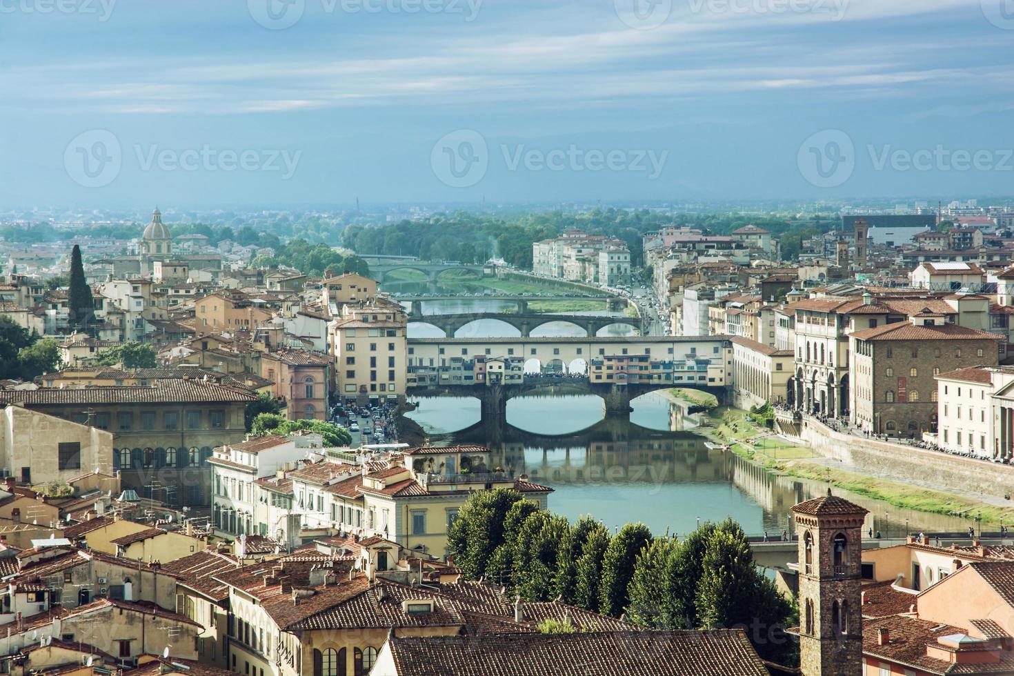utsikt över den vackra staden florens med bron ponte vecchio foto