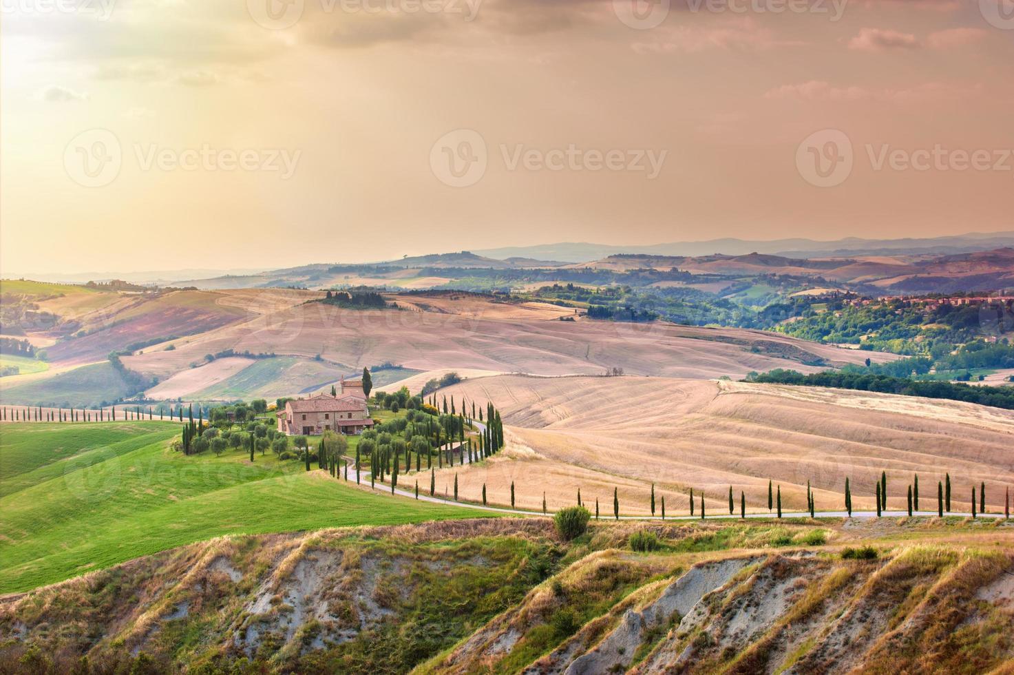 toskansk sommar på fälten i den vackra utsikten foto