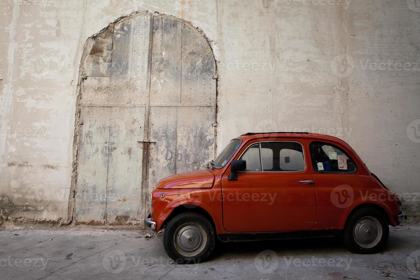 vintage italiensk scen, gammal fiat 500 foto