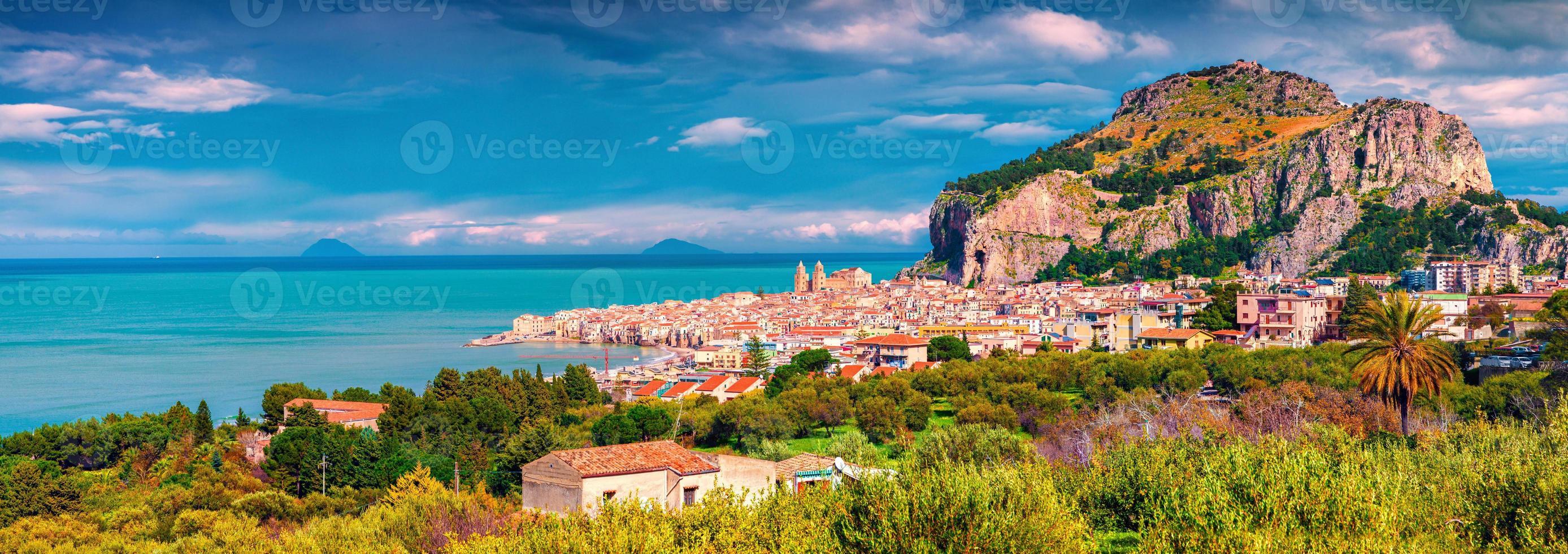 solig morgon scen av kuststaden cefalu foto