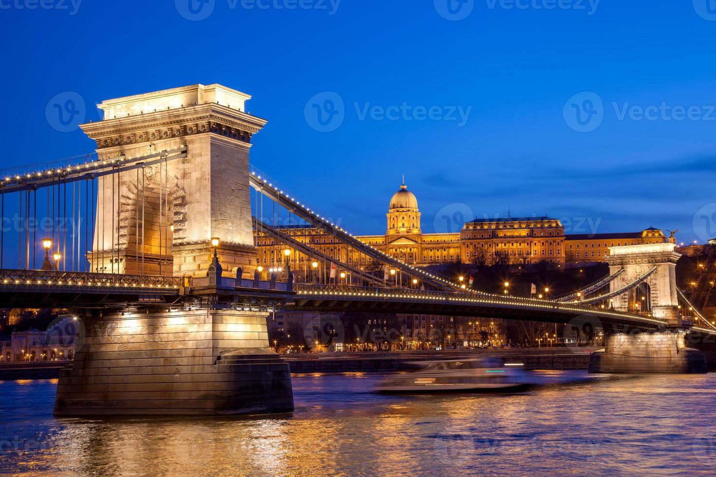 Budapest slott och kedjebro på kvällen, Ungern foto