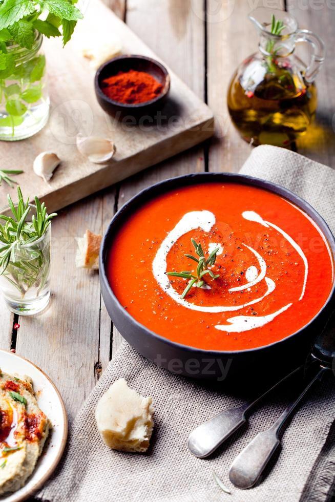 tomat, paprika soppa, sås med rosmarin foto