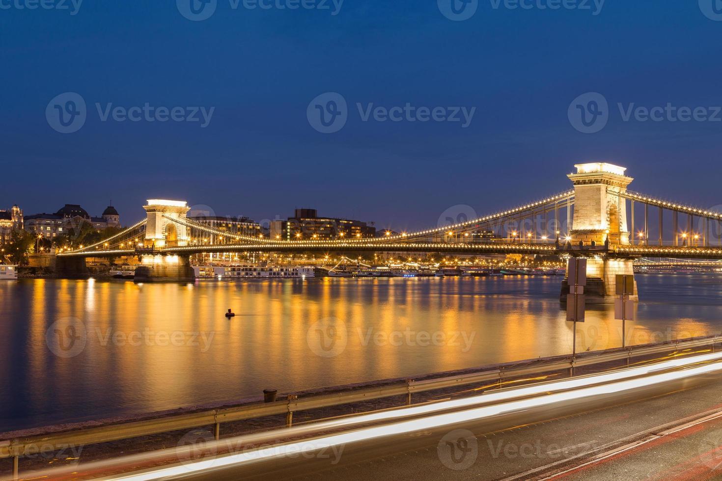 szechenyi kedjebro i Budapest på natten foto